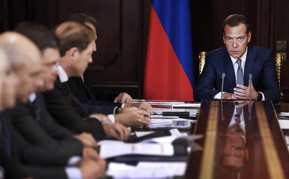 Медведев назвал 5 причин низкой производительности труда в России