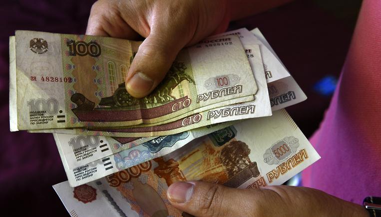 «Обвала рубля не будет, храните деньги в рублях». Рубль падает