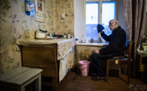 Кому из работающих и неработающих пенсионеров пересчитают пенсию в 2018 году в рублях