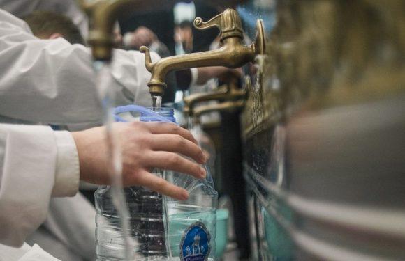 Что можно делать со святой водой, а что нельзя. Как и с чем можно смешивать крещенскую воду